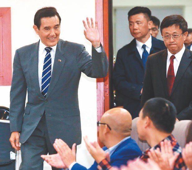 前總統馬英九(左一)上午出席東吳大學嚴家淦講座演講「69年來的兩岸關係:今後何去...