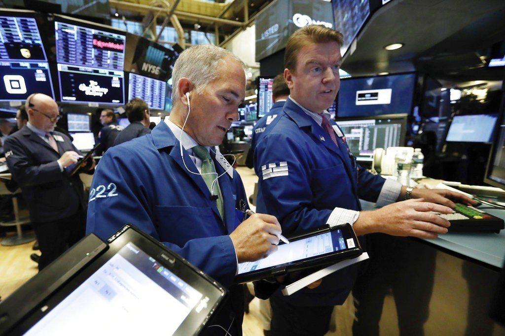 投資人擔心美國經濟展望,對美中貿易戰休兵也心存質疑,美股午盤重挫,道瓊工業指數一...