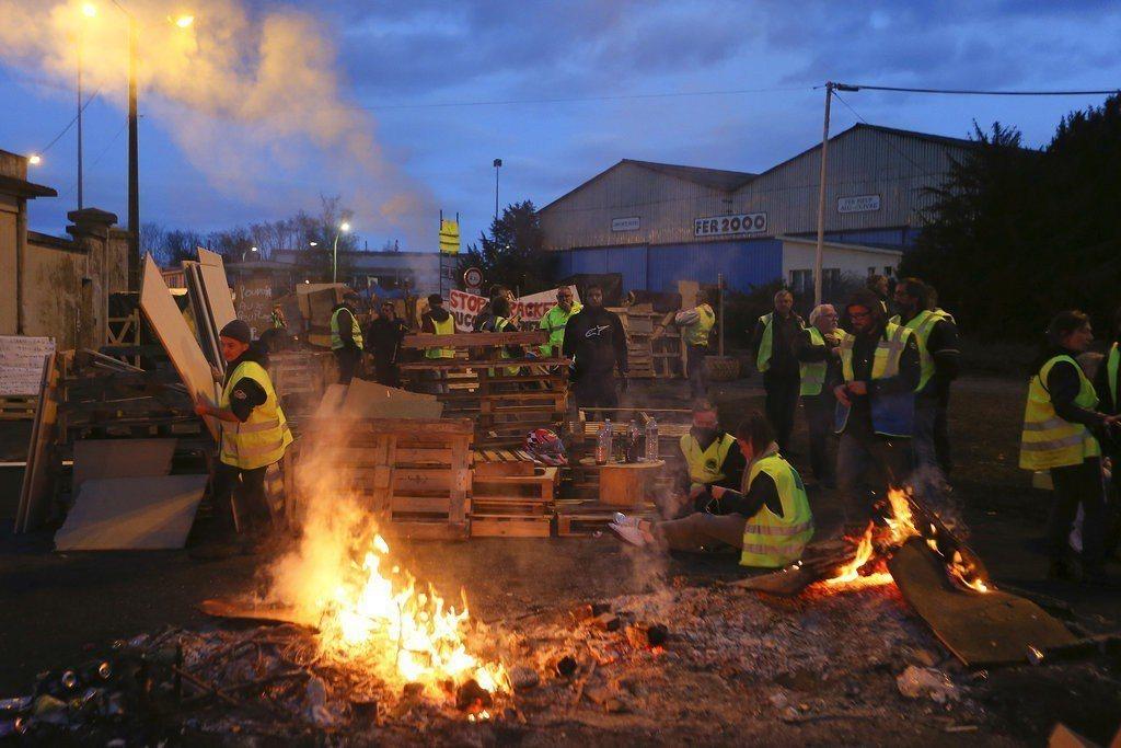 法國政府原訂2019年1月1日起調漲汽油稅及柴油稅,引發民怨,群眾自發上街抗議,...