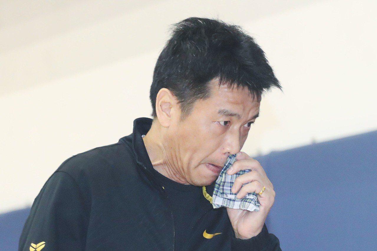,曾效力裕隆多年的現任HBL能仁家商教練林正明(圖)談起嚴凱泰時,語帶哽咽。 中...