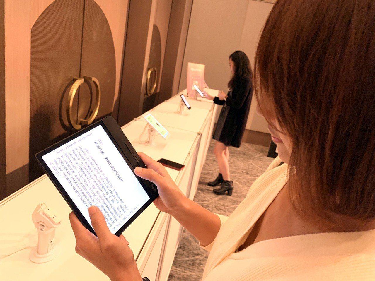 樂天Kobo拓展電子書市場,5日宣布在台灣推出8吋旗艦級電子書閱讀器,最快將於明...