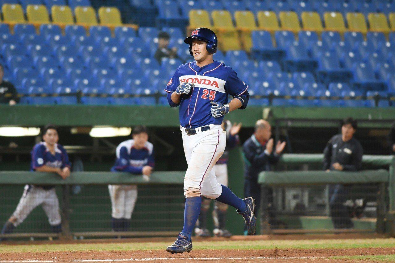 日本社會人佐藤龍彥8局上敲出一記3分砲,助隊以11比4擊敗韓職。 中華職棒提供