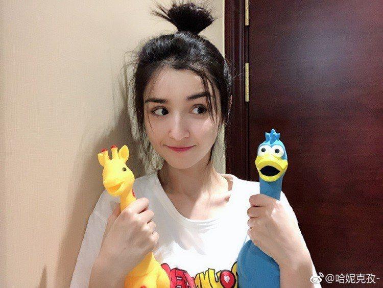 最近有一位同樣來自新疆的女孩哈妮克孜,因出演綜藝節目《國風美少年》讓人眼睛一亮,...
