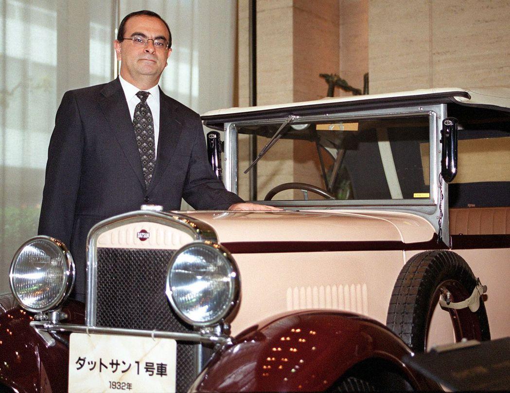 早年抵達日本的高恩,撫摸著1932年由日產前身公司所製造的「DATSUN一號車」...