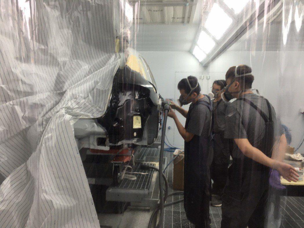 車廠提供良好的學習環境,讓學生安全學習板噴技術。 吳佳汾/攝影
