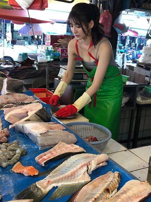 一名網友在彰化社頭市場買菜時,目擊魚攤販正妹老闆娘彎著腰殺魚。 圖/取自「爆廢公...