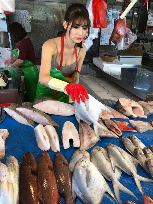 魚攤販老闆娘臉上化全妝、綁著高馬尾、身穿綠色防水工作圍裙搭配灰色低胸細肩帶背心、...