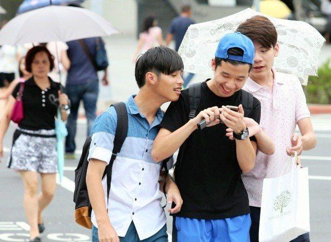 日本人年輕人出發臉書疲勞現象,開始轉移到別的社群媒體。圖/報系資料照