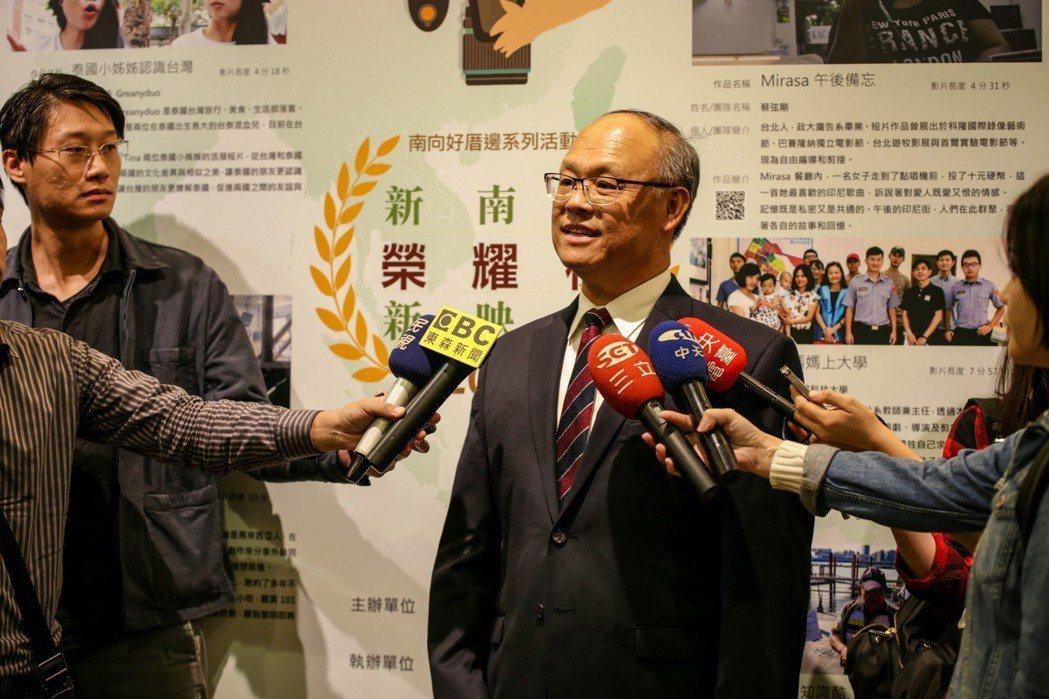 行政院政務委員兼經貿談判辦公室總談判代表鄧振中接受媒體聯訪。 談判辦公室/提供