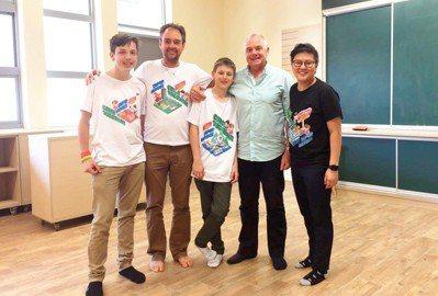 左一為Cameron、左二為團隊指導老師的自然科教師Lloyd Godson,中...