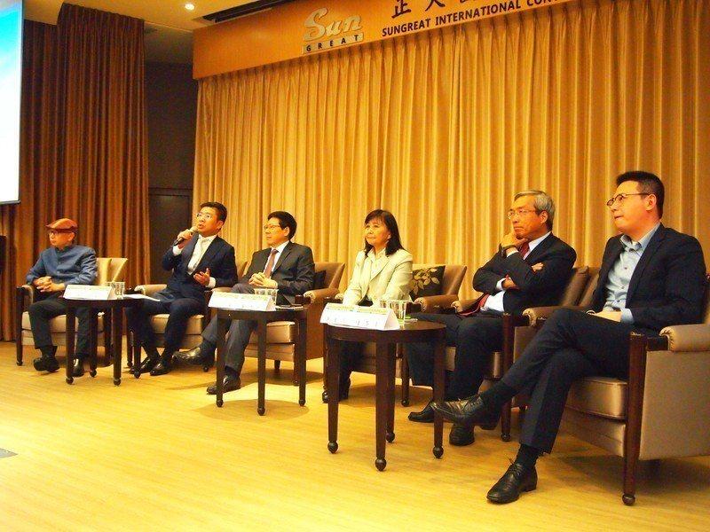 2018北威冬季論壇5日於台灣大學管理學院舉行,多位財經界專家學者共同探討明年全...