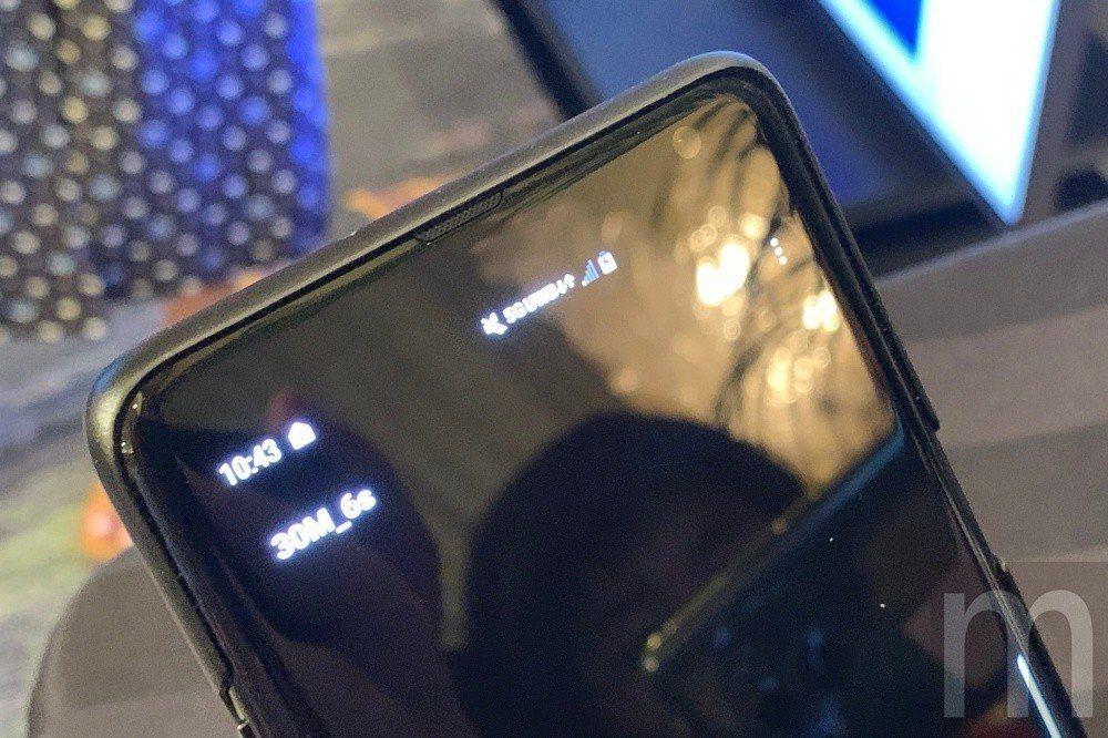 可以發現上方擴音喇叭、瀏海設計明顯不同,同時背後似乎也移除指紋辨識器設計,而螢幕...