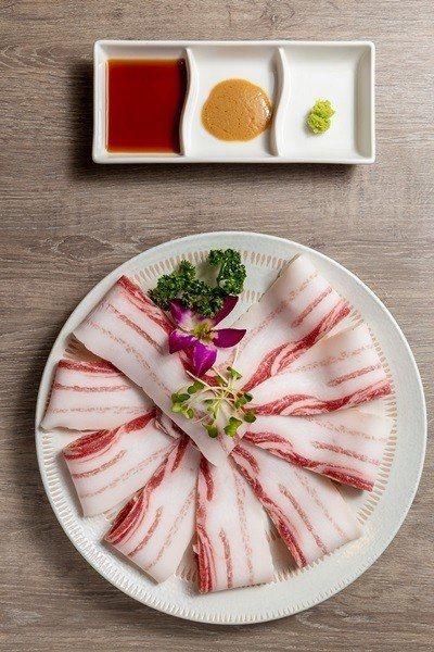 來自匈牙利的綿羊豬配胡麻醬超美味。