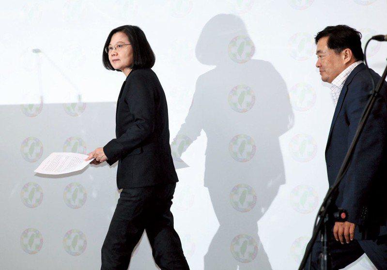 民進黨九合一敗選當晚,黨主席蔡英文(左)、秘書長洪耀福(右)下台扛起敗選責任。 攝影/蔡親傑