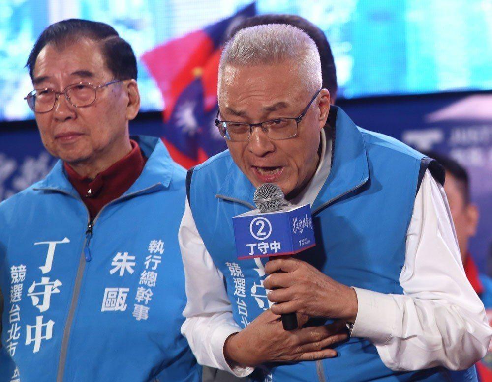 吳敦義(右)因九合一大勝,保住了國民黨主席之位。 攝影/林瑞慶