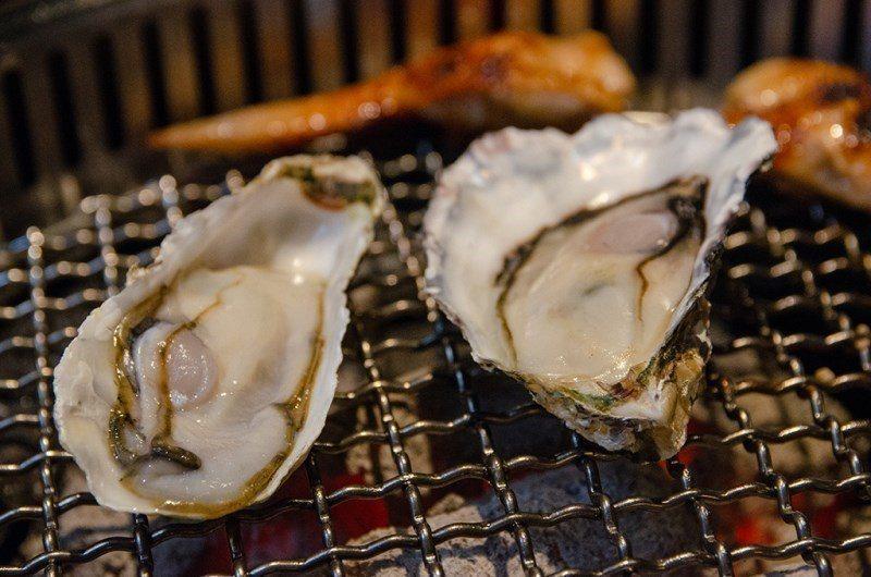 (圖/台灣旅行趣) ▲貝類店內很貼心的將本體於殼的部位切除,讓你可以輕鬆翻面湯汁...