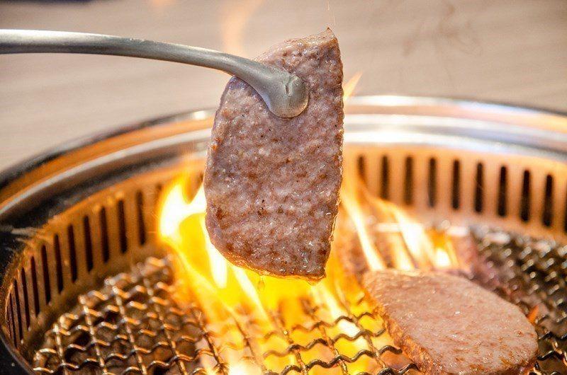 (圖/台灣旅行趣) ▲燒烤的同時油脂也不斷流出,火越燒越旺!