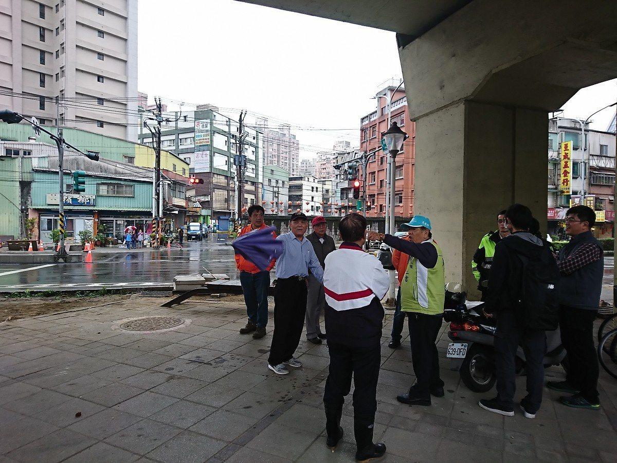 汐止區在鐵路橋下,再開闢水碓、和平街直通道路,兩邊的里長沒有共識。 圖/觀天下有...