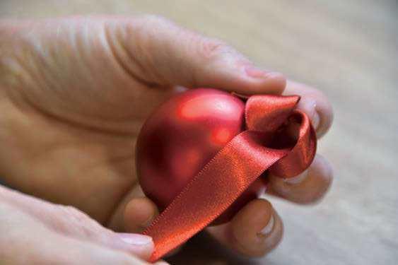 圖/步驟六:用細的紅緞帶綁上聖誕球。
