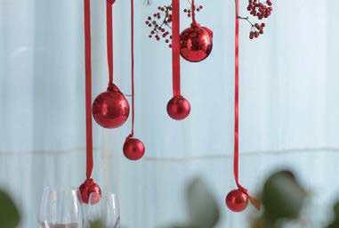 圖/步驟七:將聖誕球不規則垂墜吊掛於整個結構上,為聖誕節慶時光添加驚喜和豐富。