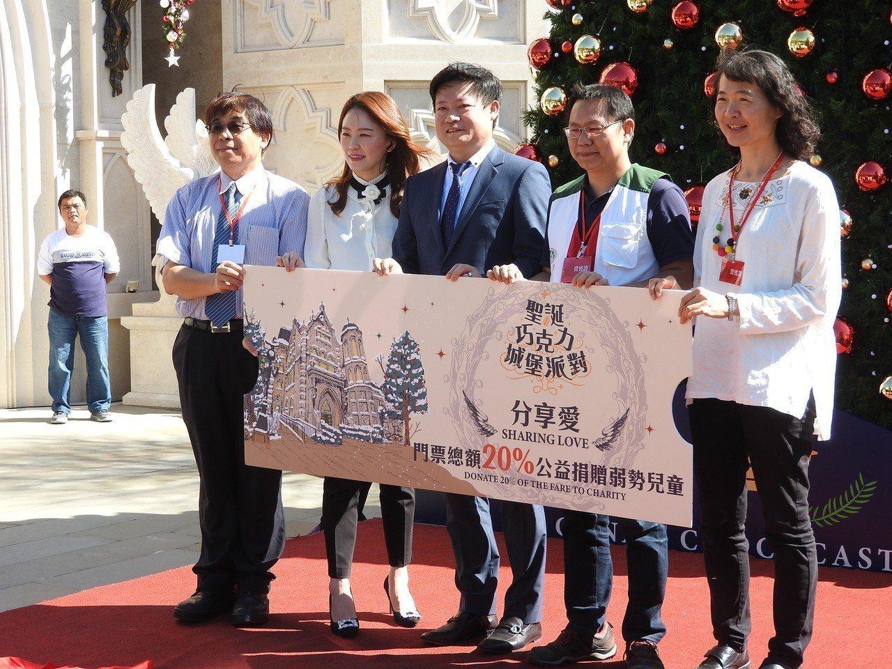 妮娜巧克力夢想城堡魏振宇(中)和妻子張承惠( 左2)要將耶誕期間部分營收捐助弱勢...