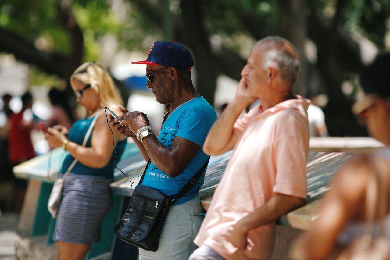 古巴首都哈瓦那民眾要到網路熱點區,手機才能連接網路。路透