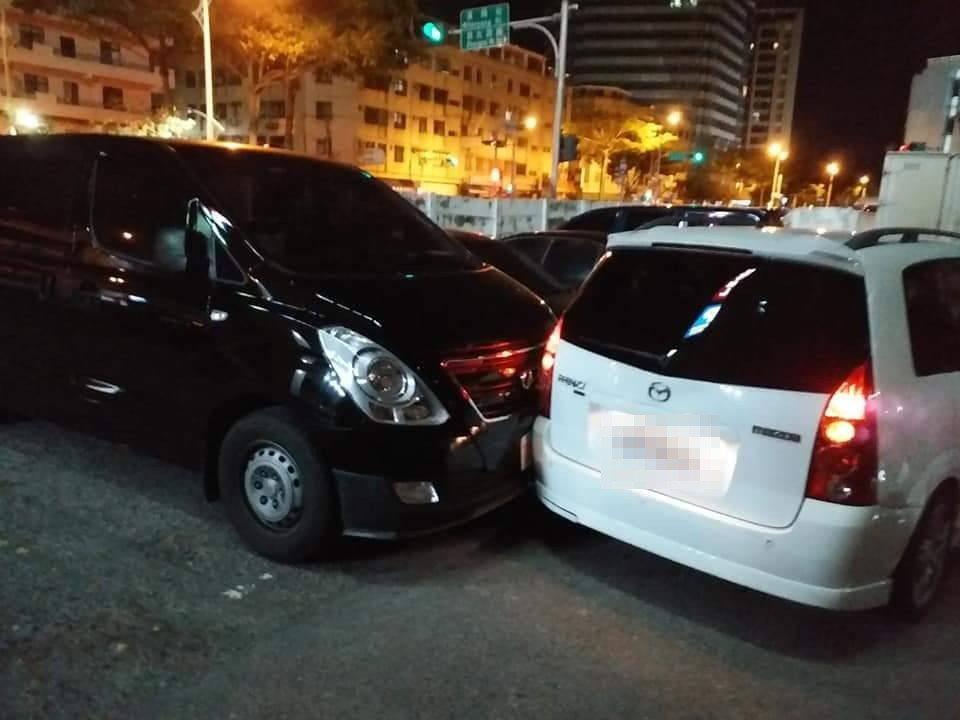 毒販為躲避警方查緝倒車衝撞2輛民車,其中受波及的黑色車主將驚險心情po在網路。圖...