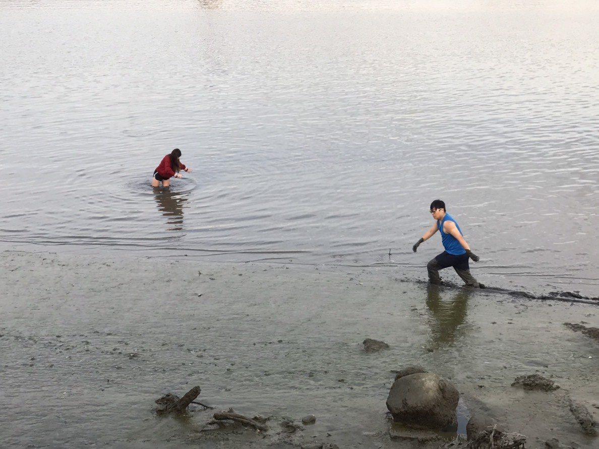 警員脫去制服迅速跳下河灘,救回輕生女子。記者林昭彰/翻攝