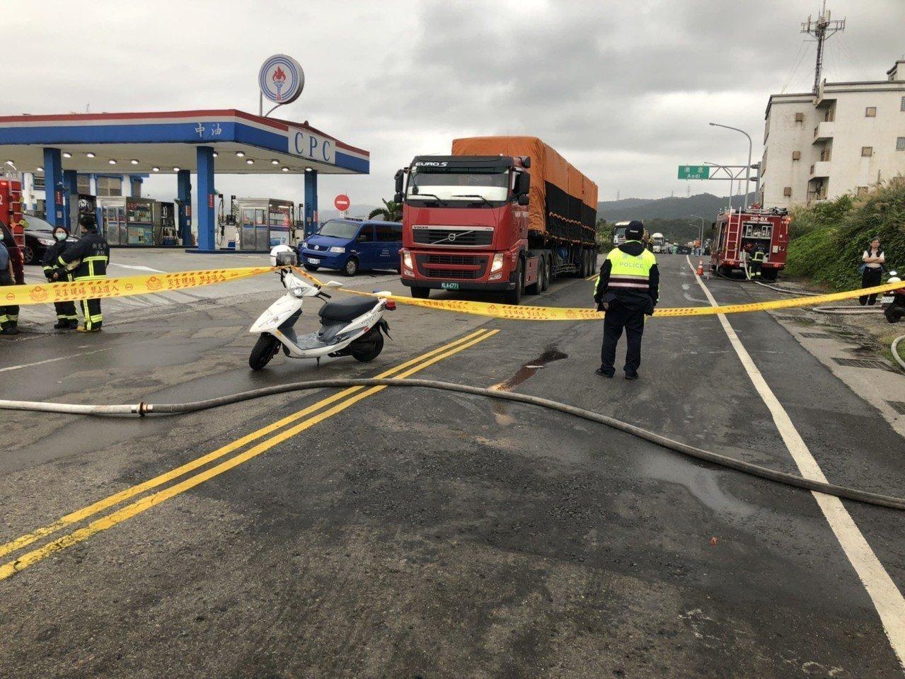 醋酸化學車翻覆,消防人員趕抵救援,李姓司機明顯死亡。圖/瑞芳警分局提供