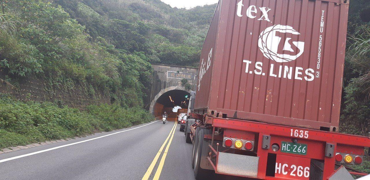 醋酸化學車翻覆,消防人員趕抵救援,龍洞隧道車流回堵。圖/瑞芳警分局提供
