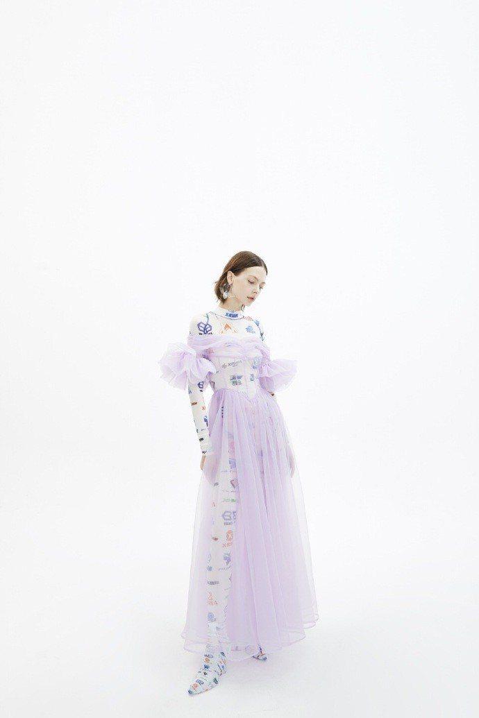 最先曝光的「真理之口」封面中穿的字母印花衣與紫色薄紗是Villa XRWA的設計...