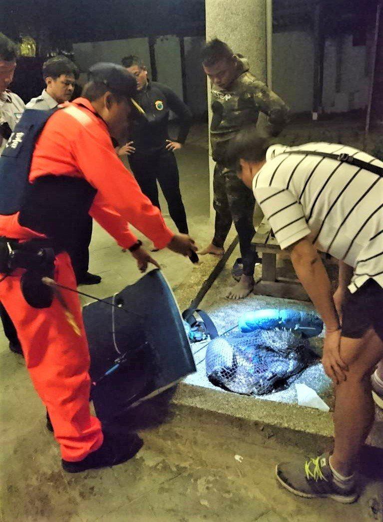恆春海巡隊昨晚在墾丁南灣先後查獲2件非法打魚案,起獲40公斤各類珊瑚礁魚,魚身上...