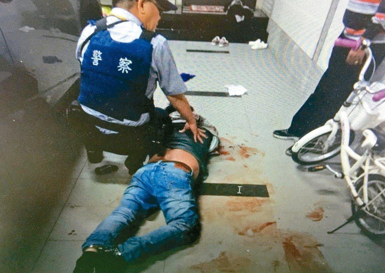 王姓男子拿出打火機企圖引火被打落在地,再拿出折疊刀刺傷前妻及妻舅2人,警方獲報後...
