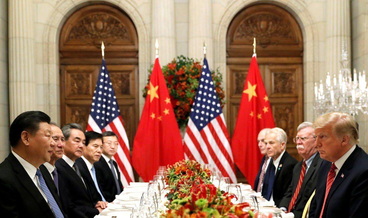美國總統川普(右一)與中國國家主席習近平(左一)1日在阿根廷會晤共進工作晚餐,雙...