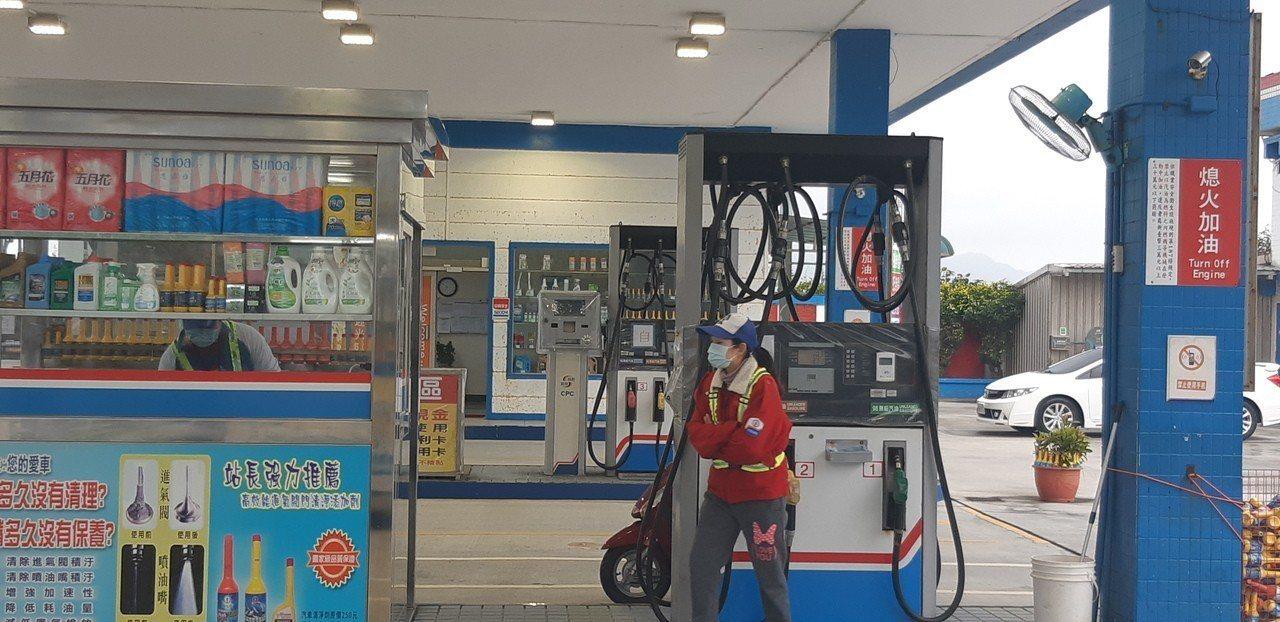 距離化學車事故現場僅有將近200公尺的加油站,苦於刺鼻醋酸氣味,員工紛紛掛起口罩...