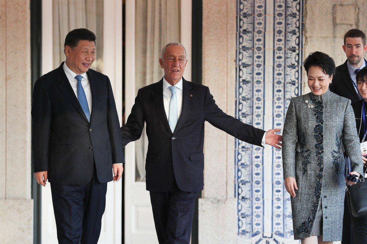 中國大陸國家主席習近平(左)和夫人彭麗媛(右)4日訪問葡萄牙,受到葡國總統德索薩...