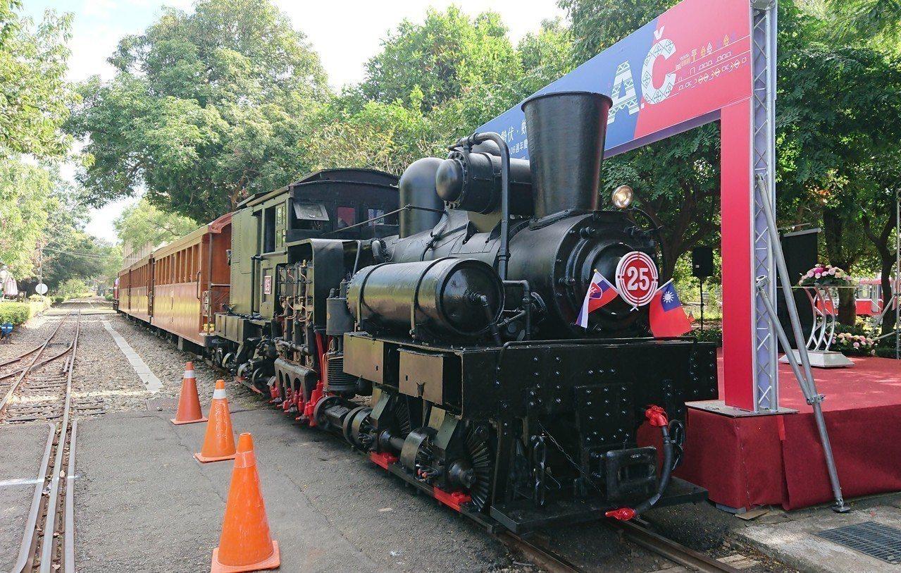 蒸汽火車頭進入會場後,姊妹鐵道締結儀式正式啟動。記者卜敏正/攝影