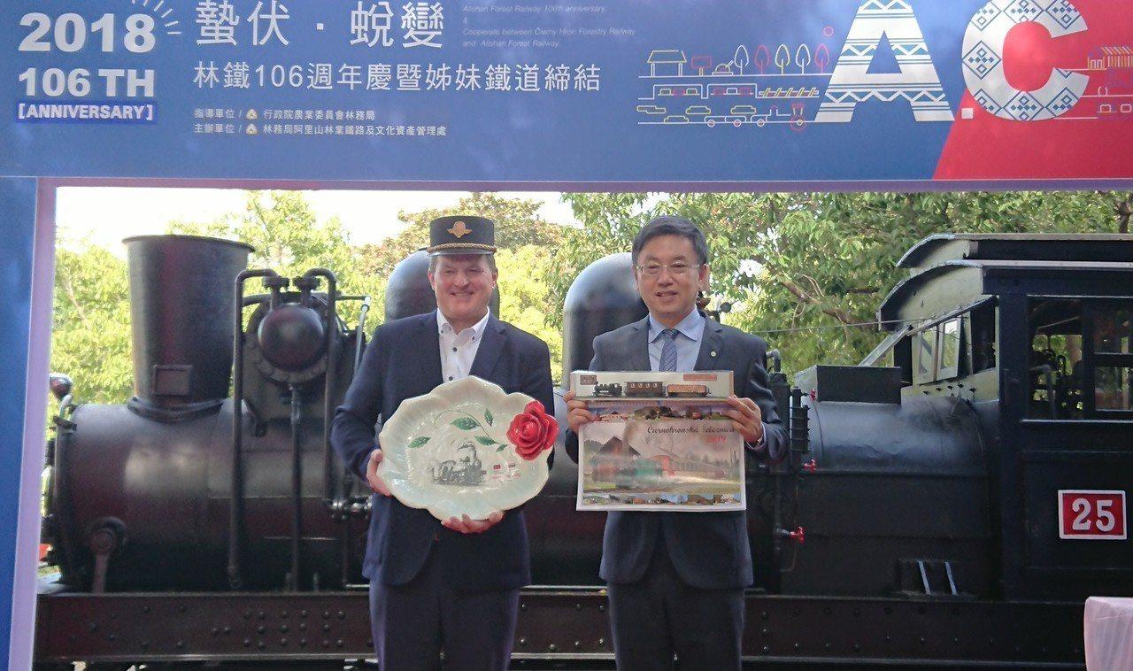 林務局長林華慶(右)與 斯洛伐克切尼赫榮林鐵主席Bilek互贈紀念品。記者卜敏正...