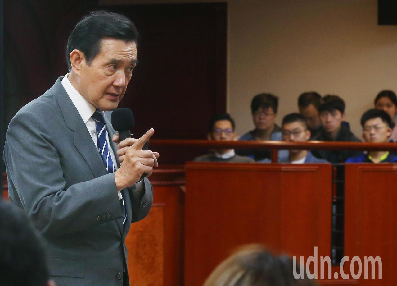 前總統馬英九(左)上午出席東吳大學嚴家淦講座演講「69年來的兩岸關係:今後何去何...