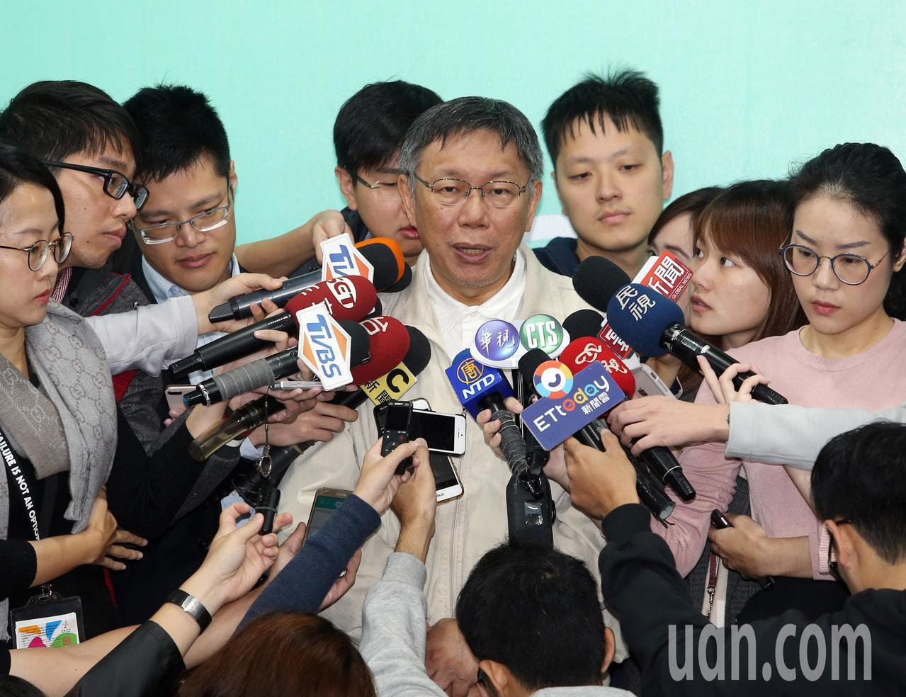 台北市傑出市民表揚典禮上午舉行,市長柯文哲出席致詞,並接受媒體採訪。記者曾吉松/...