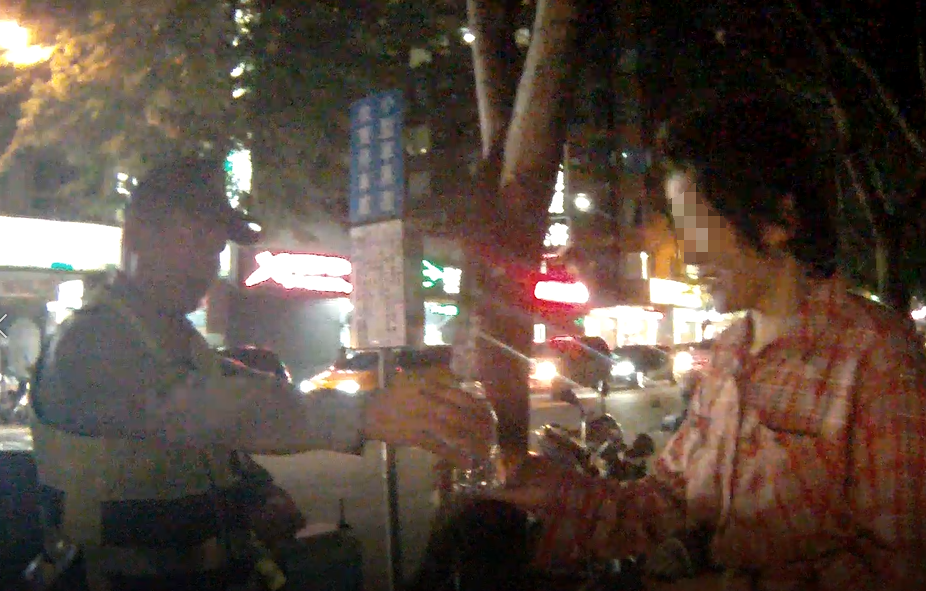 台中市張姓阿嬤前天晚上牽著腳踏車行走在快車道,險象環生,警方協助她返家。記者陳宏...