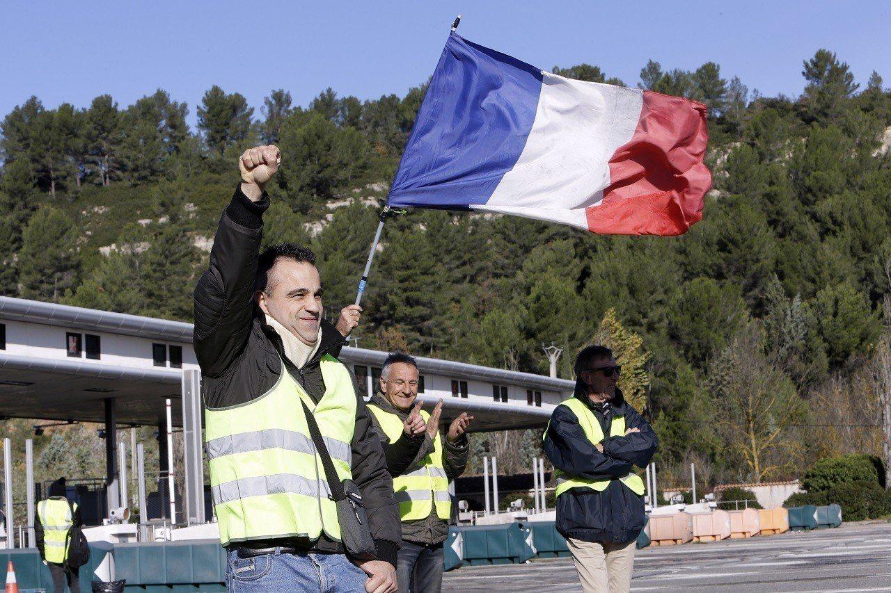 一名穿著反光背心的「黃背心」運動成員4日在法國南部的艾克斯普羅旺斯(Aix-en...
