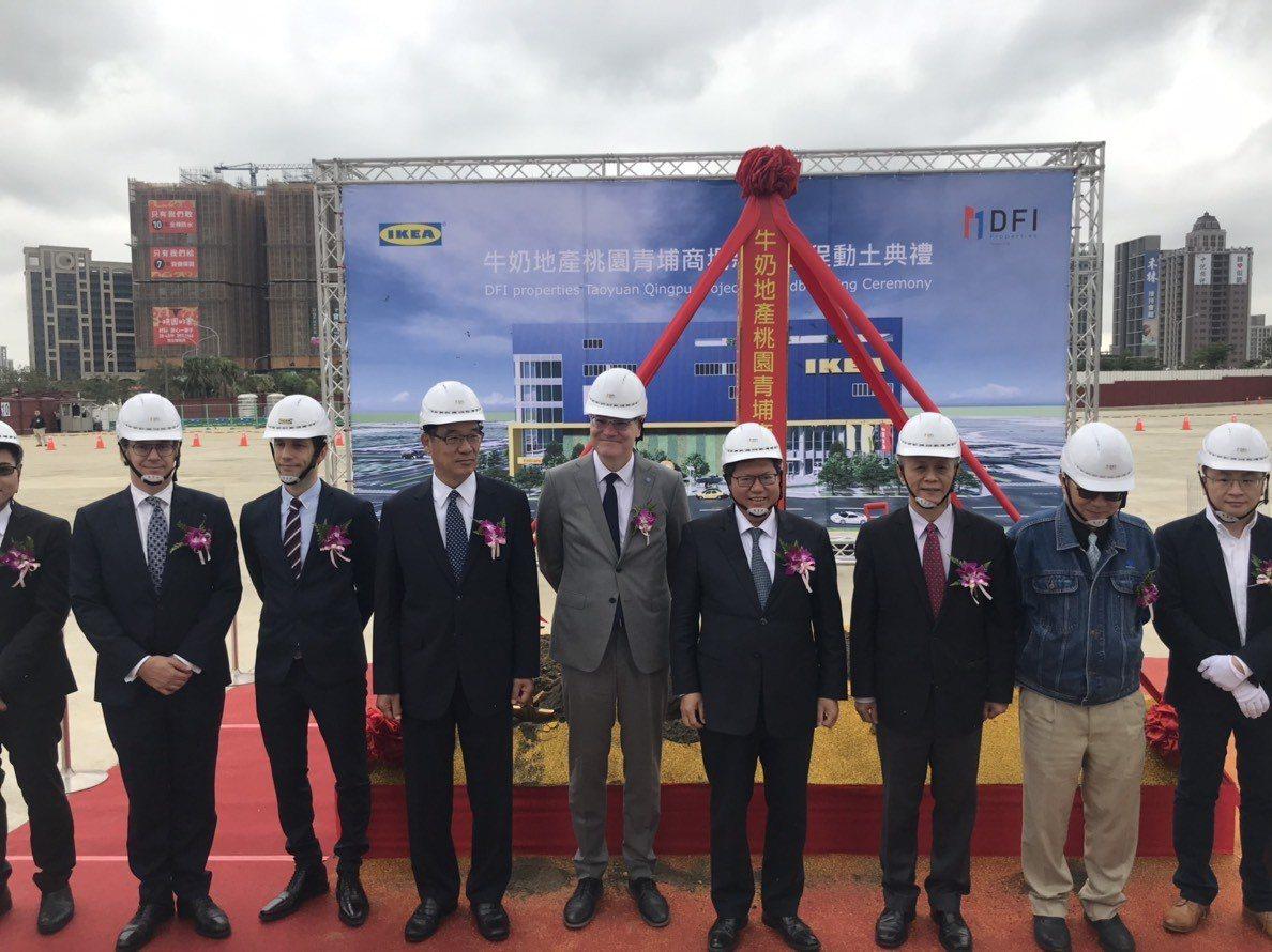 鄭文燦(右4)表示IKEA進駐將帶動青埔整體地區發展,吸引更多市民、遊客、消費者...