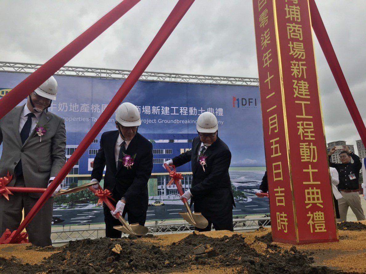 鄭文燦(右)出席IKEA旗艦店動土典禮。圖/桃園市政府新聞處提供