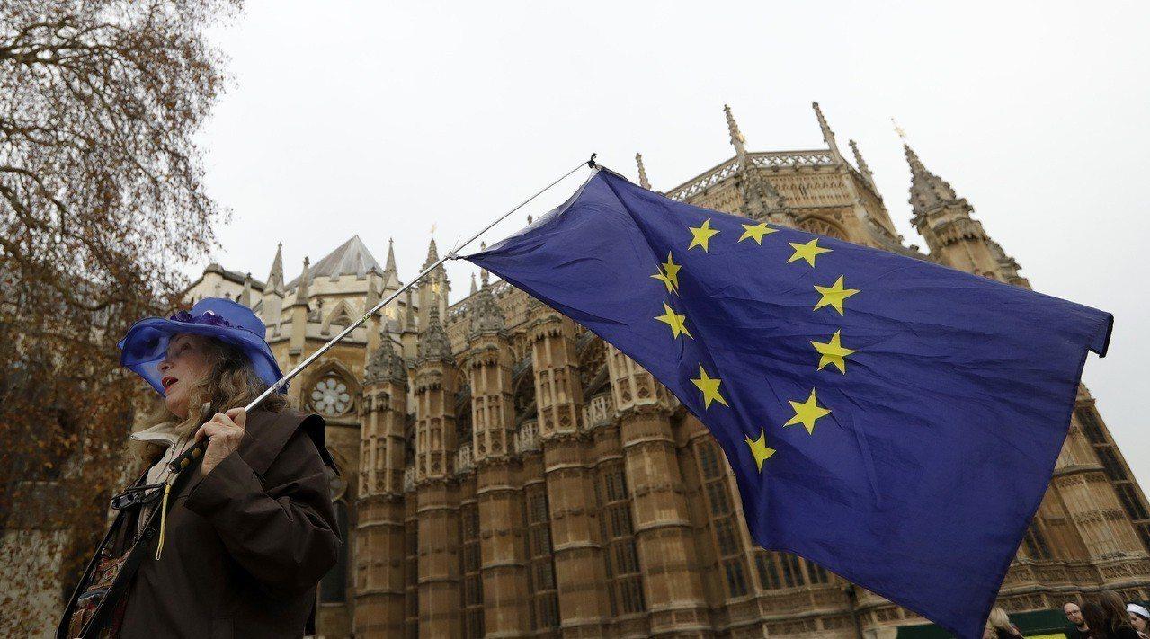 英國國會11日將表決梅伊脫歐方案,加上歐盟法院宣布,英國可以自行取消脫歐,如今英...