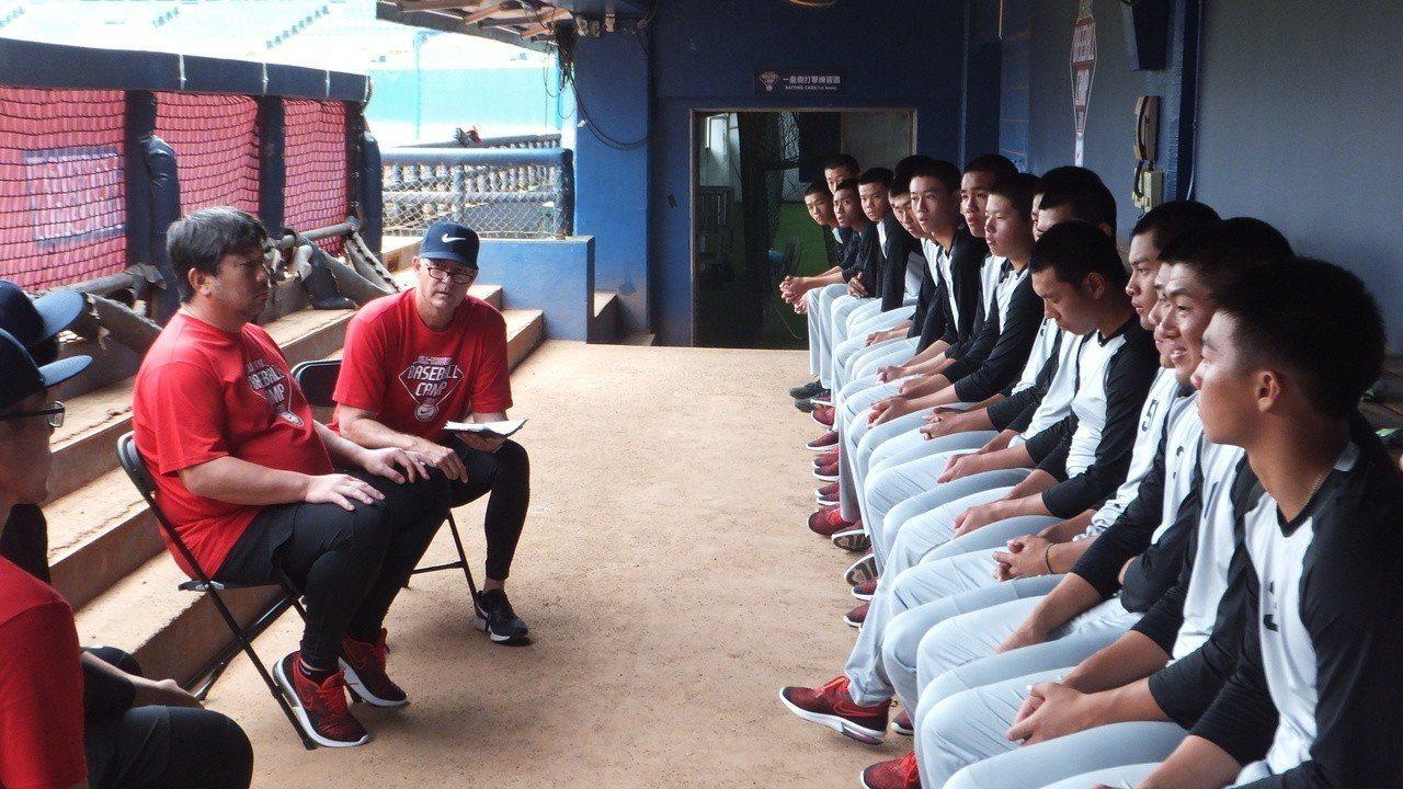 美日職棒傳奇球星野茂英雄(左)和青棒球員互動,希望大家先從建立「假自信」做起。記...