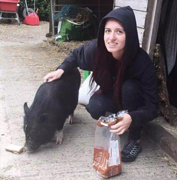 英國素食倡議者摩根‧凱蓮‧詹保羅熱愛動物,不過她父親投資的公司則販售肉品等餐點材...