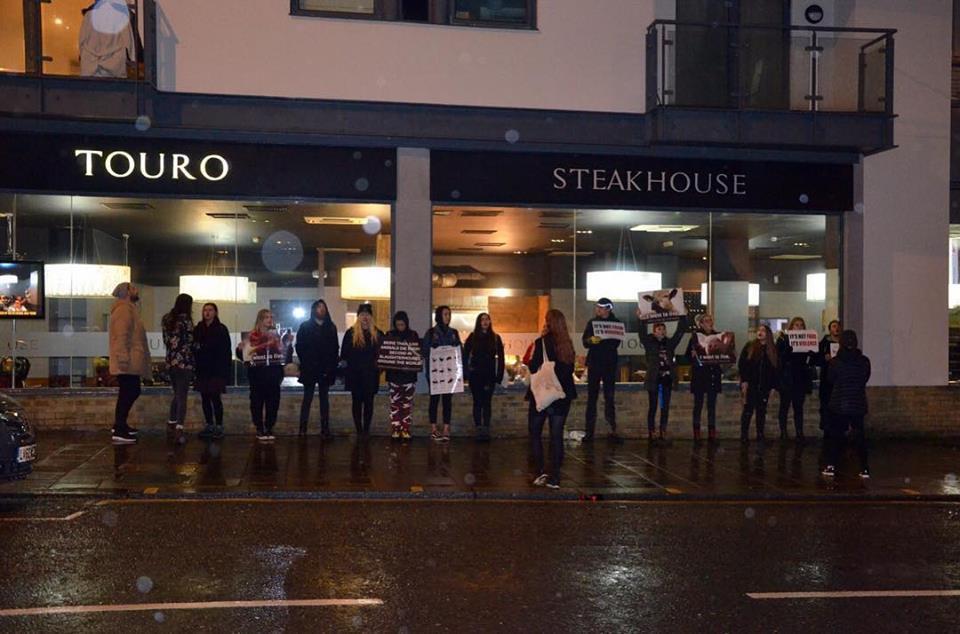 英國動物保護組織「任何地方直接行動」11月到牛排館抗議。DxE Brighton