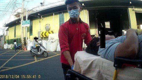 嘉義市某工廠楊姓工人昨天被堆放在高處的飼料袋重壓,經送醫後無大礙。記者姜宜菁/攝...