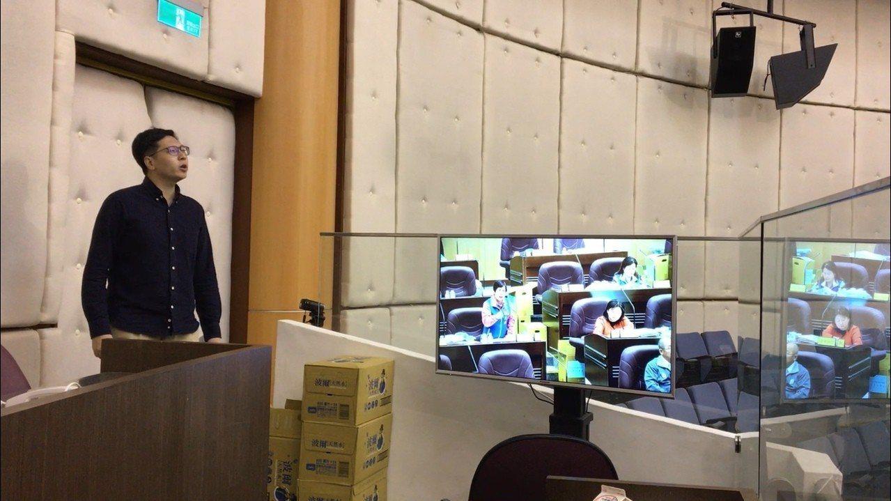 綠黨市議員王浩宇今天在議會審查預算時,在旁聽席大聲嗆國民黨議員詹江村不要作秀。記...